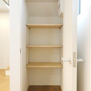 【下階】収納スペース。日用品ストックなどに。