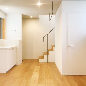 【下階】降りた所に、洗面台と収納スペースがあります。