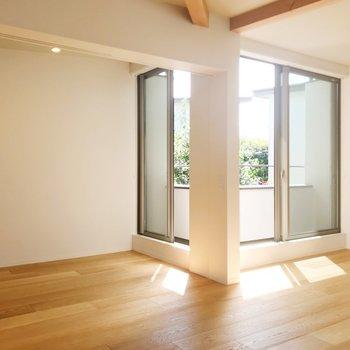 【上階LDK】キッチン小窓からみて。サービスルームがあります。