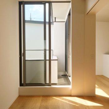 【上階Room】大きな窓からの日当たり良好◯