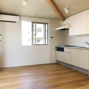 【上階LDK】キッチンスペースに小窓付き。換気good。