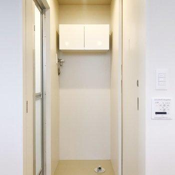 【下階】サニタリーへ。扉で仕切れます。