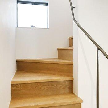 階段にも小窓付き。明るいです。