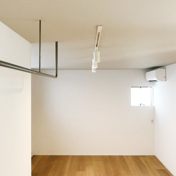 【下階】見上げるとオープン収納と照明。魅せる収納を。