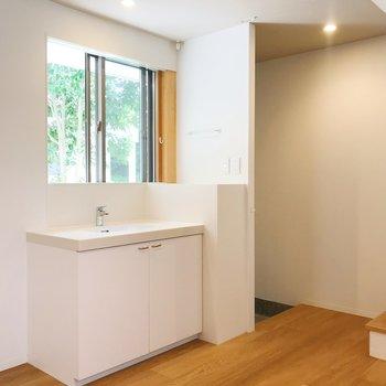 【下階】緑が見える洗面台。鏡を置いて自然光で身支度を。