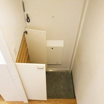 【下階】玄関へ。靴箱の容量たっぷりと。