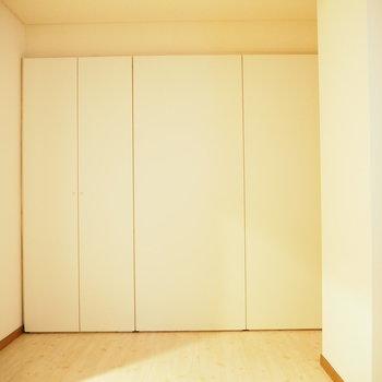 洋室②】白くて明るいです