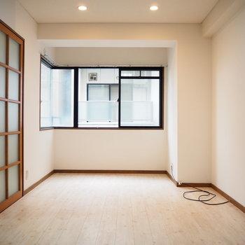洋室①】窓が大きくて開放的です