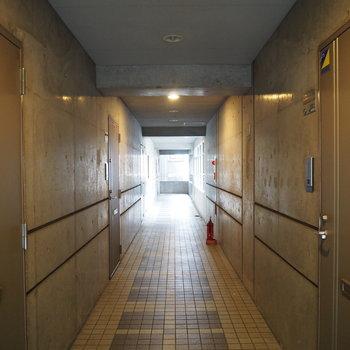 コンクリでおしゃれな雰囲気の廊下です
