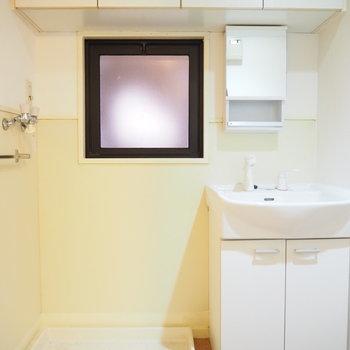 洗濯機置場と独立洗面台です。上部には収納が付いています。あ、四角…