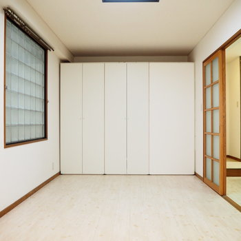 洋室①】壁にはクローゼットが並んでいます