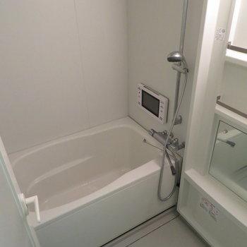お風呂はモニター付きです