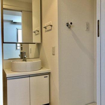 洗面台は大きな鏡が特徴的です