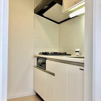 キッチンの向かいには冷蔵庫を置く場所があいりますよ