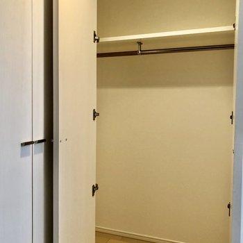 玄関正面の収納は左奥まで続いていて服がたくさんかけれますね