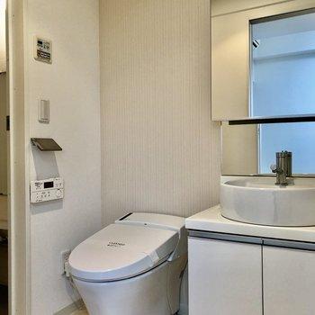 トイレの左側にお風呂がありますよ