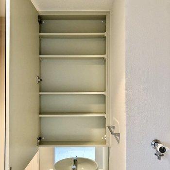 洗面台の鏡を開くと収納が