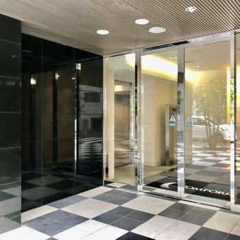 エントランス入口は透明なガラス張りです