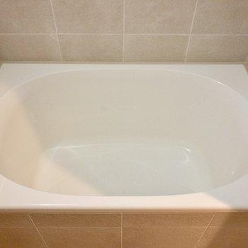 卵型の浴槽がかわいい。