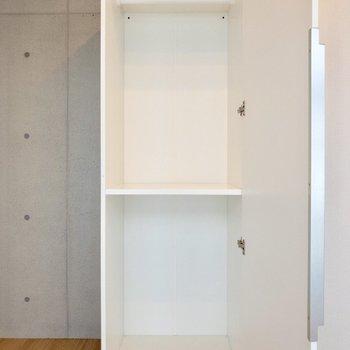小型の収納スペース。上の段にはハンガー掛けが付いています。