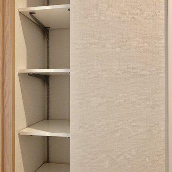 脱衣所に高さ調節可能な収納。