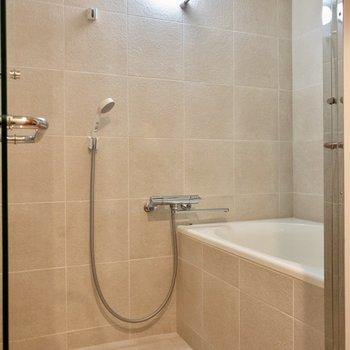 浴室もガラスドア。