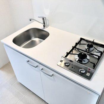 2口コンロ、調理スペースは狭めです。