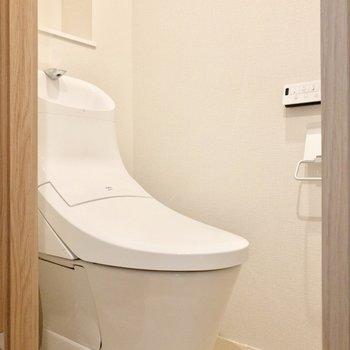 嬉しい温水洗浄付きのトイレ。