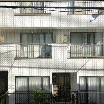 目の前はアパート。道路も見えます。