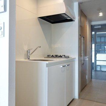 ホワイトで清潔感のあるキッチン。