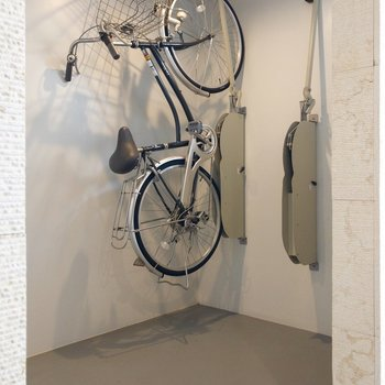 自転車はなんと立て掛けます。