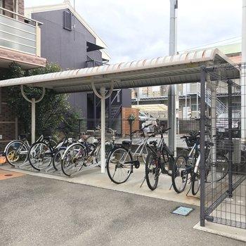 駐輪場は屋根付きで、雨に濡れにくいです。