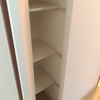 途中にある棚は扉付き。生活感を隠せますよ。