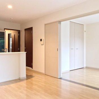 隣の洋室とは引き戸で仕切って。広いワンルームとして使っても◎