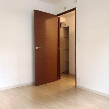 【洋6帖】玄関近くの廊下にトイレ。