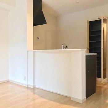 キッチン背面には食器棚が備え付け。まるっと入る収納力です◎