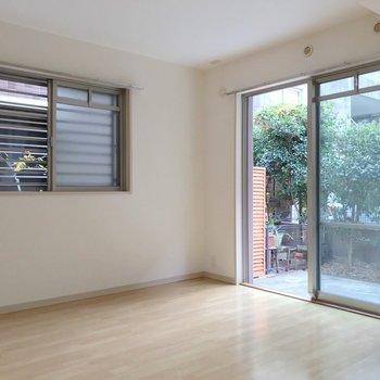 【洋6.2帖】角部屋なので窓が2つ。風が通り抜けていきます。