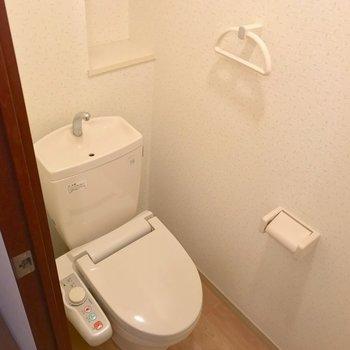 トイレはウォシュレットがあって快適。棚も便利です。