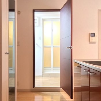 キッチンと反対側に脱衣所。冬でも寒い廊下に出なくていいんです。