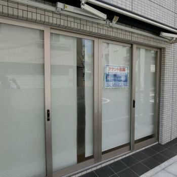 入り口はガラス張りです