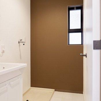 脱衣所にも洋室と同じアクセントクロスです。※家具・雑貨はサンプルです