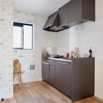 キッチンにも自然光が入ってきますよ。※家具・雑貨はサンプルです