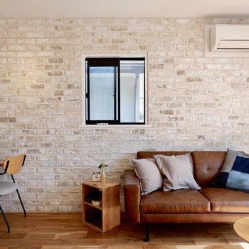 レンガ壁に建具の黒が合いますね。※家具・雑貨はサンプルです