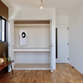 収納は高さも有効的に使えて大容量です。※家具・雑貨はサンプルです