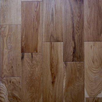 木目もきれいな無垢床です。※家具・雑貨はサンプルです