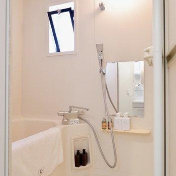 浴室にも小窓がついています。※家具・雑貨はサンプルです