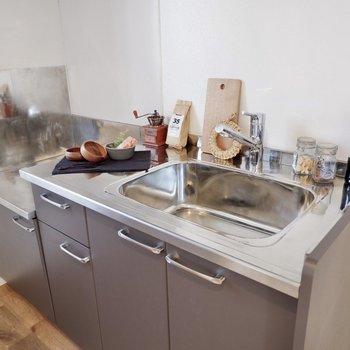 水栓は取り替えられています。※家具・雑貨はサンプルです