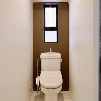 脱衣所とトイレには白タイルが敷かれています。