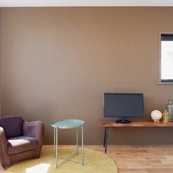 モカブラウンの様な色のアクセントです。※家具・雑貨はサンプルです