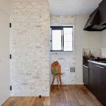 ブラウンに塗装され、シックなキッチンです。※家具・雑貨はサンプルです